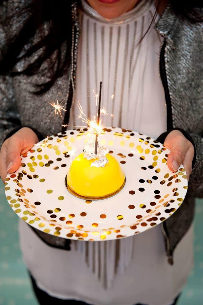 10 pappteller serie gold confetti mit gold gl nzenden for Pappteller gold